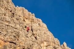 有登山人的Cinque Torri垂直的墙壁 免版税库存图片