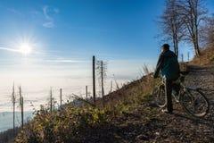 有登山车的,公园园地dei Fiori瓦雷泽,意大利骑自行车者 免版税图库摄影