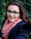 有12岁的微笑的女孩在庭院里 库存照片