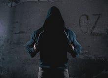 有戴头巾毛线衣的匿名人 免版税库存照片