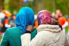 有头巾的两个黑人妇女 图库摄影