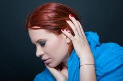 有围巾的可爱和精美红头发人妇女 免版税库存图片