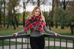 有围巾的愉快的妇女 秋天 美丽的女孩的秋天画象 库存照片
