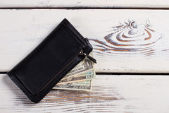 有货币的黑色皮革钱包 库存照片