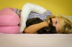 有绷带和兔子的女孩 免版税图库摄影