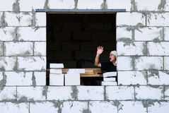 有绷带的一个人在他的头用他的手在房子里上升了 免版税库存图片