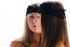 有黑带的2个美好的魅力少妇在面孔特写镜头画象 免版税库存图片