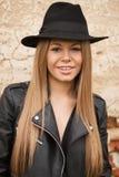有黑帽会议的白肤金发的少妇 免版税库存照片