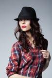 有黑帽会议的美丽的深色的女孩 免版税库存图片