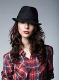 有黑帽会议的美丽的深色的女孩 免版税库存照片