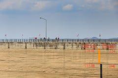 有水平面标度测量的水坝墙壁在旱季期间 图库摄影