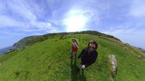 有360度照相机步行的两个女孩沿爱尔兰西海岸 影视素材