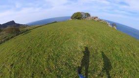 有360度照相机步行的两个女孩沿爱尔兰西海岸 股票录像