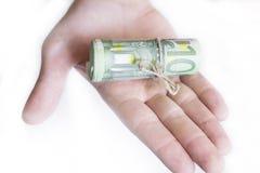 有100张欧洲钞票的手 免版税库存图片