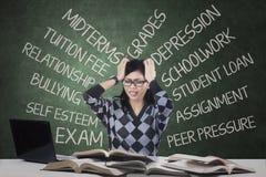 有紧张的学生许多问题 库存照片