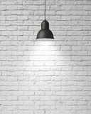 有阴影的垂悬的白色灯在葡萄酒白色绘了砖墙,背景 库存图片