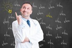 有年轻微笑的军医是创造性的和一个好想法 免版税库存图片