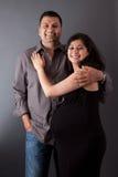 有他怀孕的妻子的愉快的东印度人丈夫 免版税库存照片