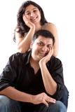 有他怀孕的妻子的愉快的东印度人丈夫 免版税库存图片