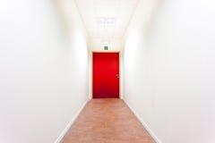有紧急出口的一个走廊 免版税库存图片