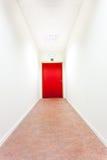 有紧急出口的一个走廊 库存图片
