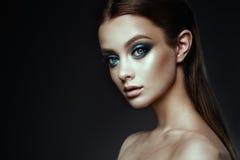 有幻想的时装模特儿妇女组成 长期吹的棕色头发 免版税库存图片