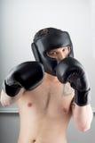 有黑手套的拳击手 免版税库存照片