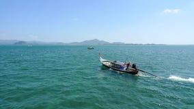 有水手的长尾巴小船在公海在酸值Muk海岛附近的泰国 图库摄影