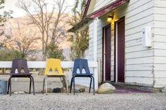 有3把椅子的小村庄房子在它前面 库存图片