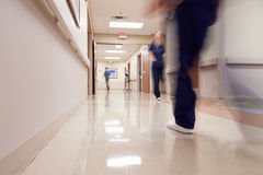 有医护人员的繁忙的医院走廊 免版税库存照片