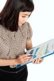 有年终报告的愉快的女实业家 免版税库存照片