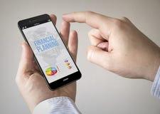有财政规划的触摸屏幕智能手机在屏幕上 免版税库存图片