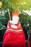 有主教和牧杖的圣尼古拉人的标度玩具 库存照片