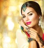 有黑无刺指甲花纹身花刺的印地安女孩 免版税库存图片