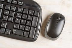 有黑无线老鼠的特写镜头宏观黑个人计算机键盘 库存照片