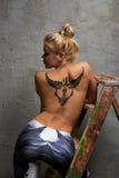 有黑临时纹身花刺的女孩绘与人体艺术的油漆 免版税库存照片