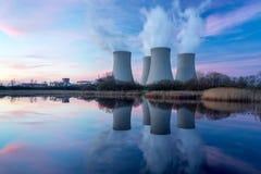 有黄昏风景的核电站 库存照片