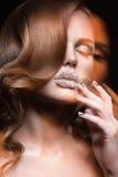 有水晶、长的睫毛和卷毛的明亮的钉子和嘴唇的美丽的女孩 秀丽表面 免版税库存照片