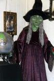 有水晶球的万圣节巫婆 免版税库存图片