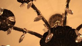有水晶的美丽的枝形吊灯 在天花板的水晶枝形吊灯 股票视频