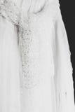 有水晶的面纱传送带在一件白色礼服垂悬 库存照片