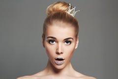 有水晶的滑稽的公主女孩化妆并且加冠 免版税库存图片