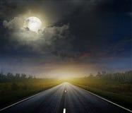 有黑暗的天空的乡下公路 免版税图库摄影