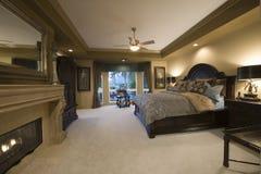 有黑暗的木家具的卧室 免版税图库摄影