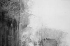 有黑暗的污点的老白色混凝土墙 库存图片