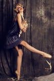 有黑暗的短发的美丽的女孩穿减速火箭的衣裳 免版税库存图片