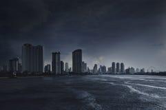 有黑暗的风雨如磐的天空的查奥Praya河 免版税图库摄影