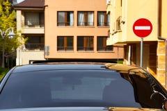 有黑暗被设色的窗口的汽车 免版税库存图片