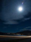 有满月的湖边城市 免版税库存照片