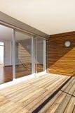 有晴朗的阳台的现代家 免版税库存图片
